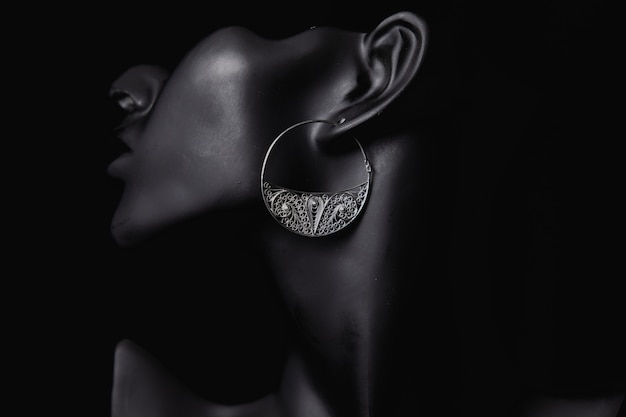 Fijne sieradenpromotie in de oren van een vrouw Gratis Foto