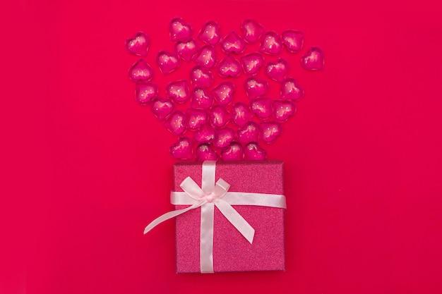 Fijne valentijnsdag flatlay. bovenaanzicht huidige geschenkdoos, harten op gele kleur van de achtergrond van het jaar 2021. valentijnsdag of nieuwjaar wenskaart. panton Premium Foto