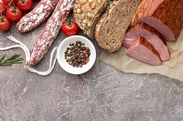 Filet vlees en salami met tomaten Gratis Foto