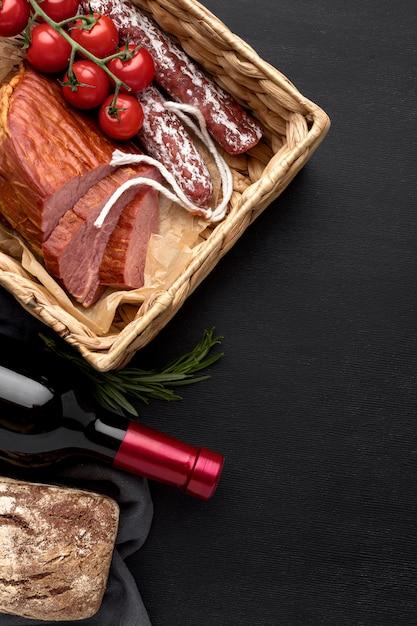 Filet vlees en salami op een houten bord en tomaten Gratis Foto