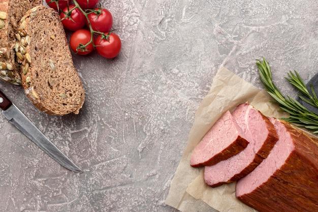Filet vlees met tomaten en brood Gratis Foto