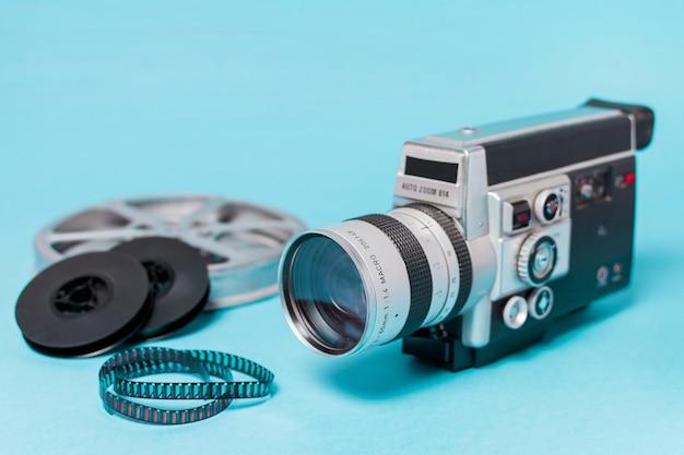 Filmhaspels; filmstroken en uitstekende camcorder op blauwe achtergrond Gratis Foto