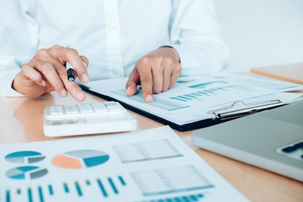 Financiën spaar economie concept. vrouwelijke accountant of bankier gebruik rekenmachine. Gratis Foto