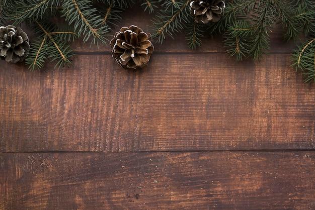 Fir twijgen met nadelen op een houten bord Gratis Foto