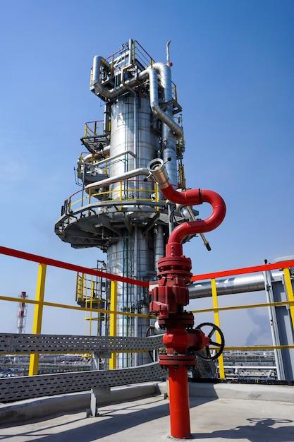 Fireplug om het vuur op de oliekolom bij de raffinaderij te blussen Premium Foto