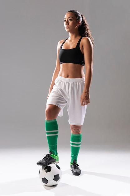 Fit vrouw in sportkleding poseren Gratis Foto