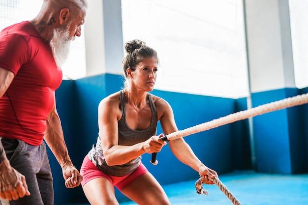 Fit vrouw met strijd touw in garage Premium Foto