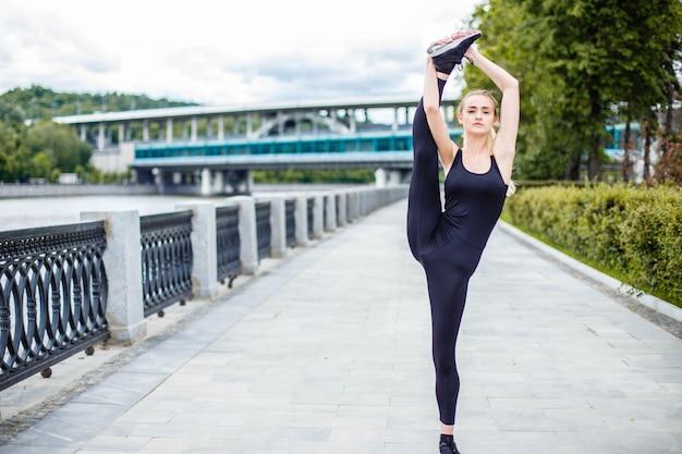 Fit vrouw praktijk oefening buitenshuis straat training. Premium Foto