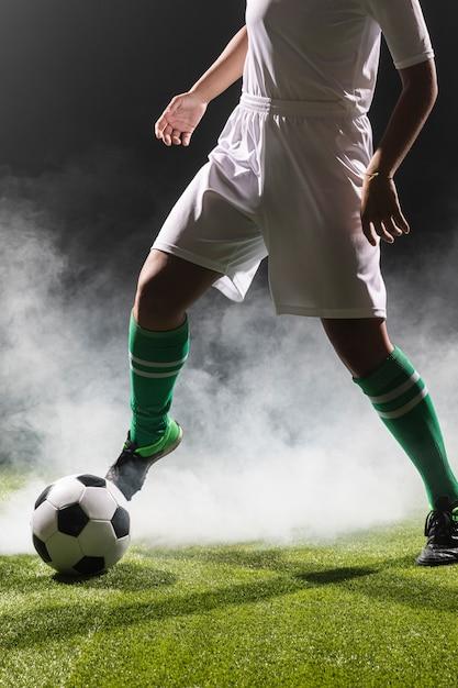 Fit vrouw spelen met voetbal Gratis Foto