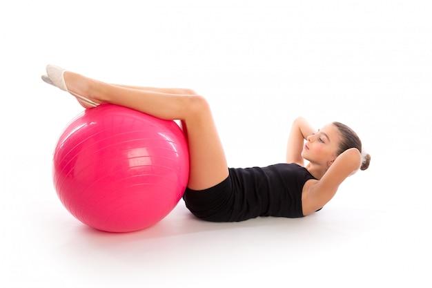 Fitness fitball zwitserse bal jongen meisje oefeningstraining Premium Foto
