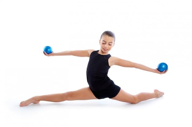 Fitness gewogen pilates-het meisjesoefening van het ballenjonge geitje Premium Foto