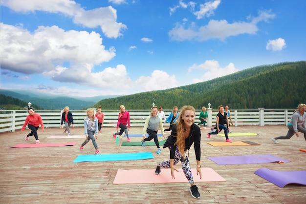 Fitness groep bewegingen van trainer herhalen. Premium Foto
