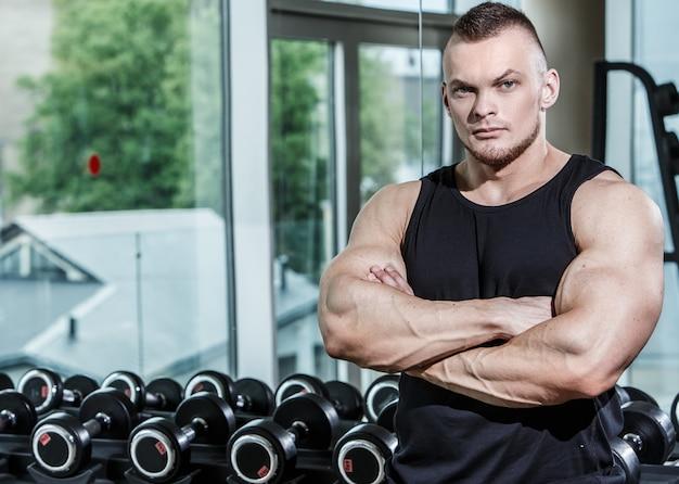 Fitness. knappe man in de sportschool Gratis Foto