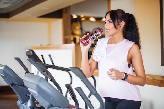 Fitness meisje training in de sportschool. oefeningen voor vrouwen, bodybuilder trein, sport levensstijl Premium Foto