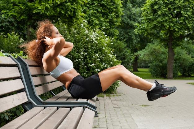 Fitness meisje werkt in het park Gratis Foto