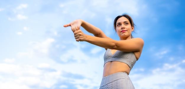 Fitness sessie met een jong kaukasisch meisje Premium Foto