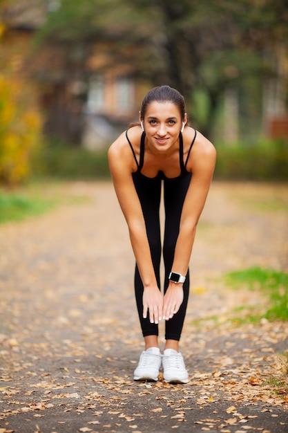 Fitness. vrouw die trainingoefening op straat doet Premium Foto