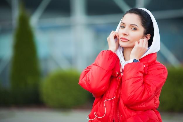 Fitness. vrouw het luisteren muziek op telefoon terwijl in openlucht het uitoefenen - sport en gezond levensstijlconcept Premium Foto