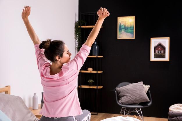 Fitness vrouw wakker in de ochtend Gratis Foto