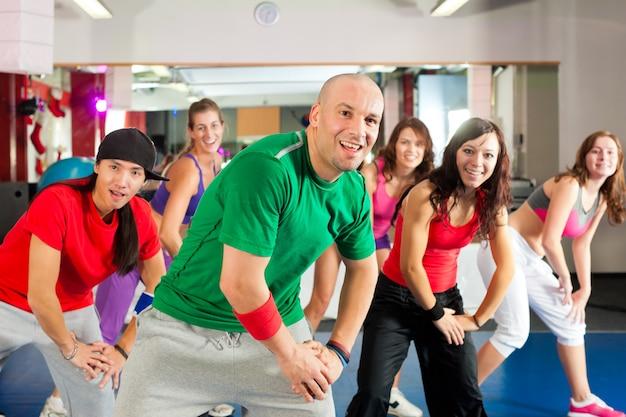 Fitness - zumba-danstraining in de sportschool Premium Foto