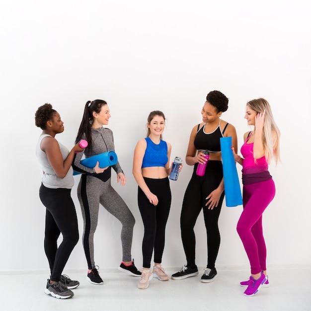 Fitnessles voor vrouwen tijdens de pauze Gratis Foto