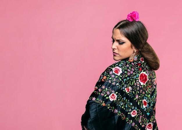 Flamenca die de sjaal van manilla met roze achtergrond draagt Gratis Foto