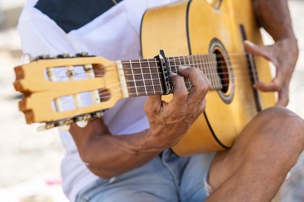 Flamencomuzikant speelt spaanse gitaar in granada .. Premium Foto