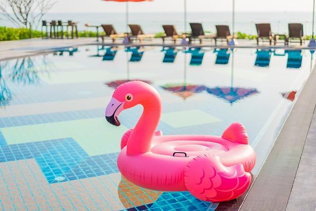 Flamingovlotter rond zwembad in hoteltoevlucht Gratis Foto