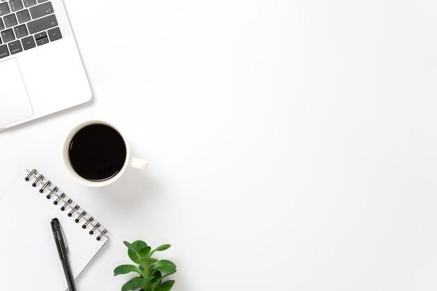 Flay lay, bovenaanzicht kantoor tafel bureau met smartphone, toetsenbord, koffie, potlood, bladeren met kopie ruimte. Premium Foto