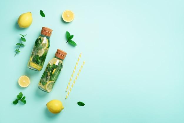 Fles detoxwater met munt, citroen. citruslimonade. zomerfruit met water doordrenkt. Premium Foto