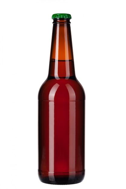 Fles donker bier dat op wit wordt geïsoleerd Premium Foto