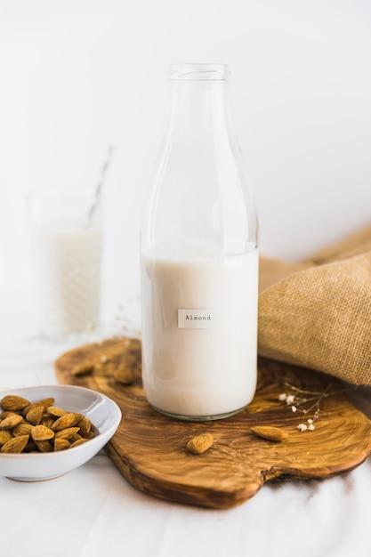 Fles en glas melk met noten Gratis Foto