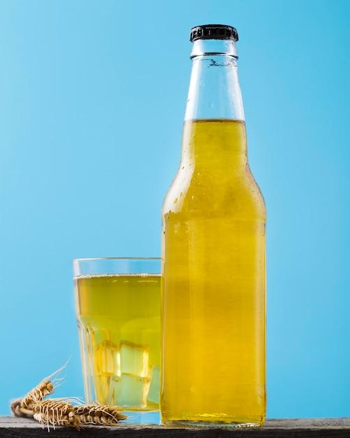 Fles en glas met bier op tafel Gratis Foto