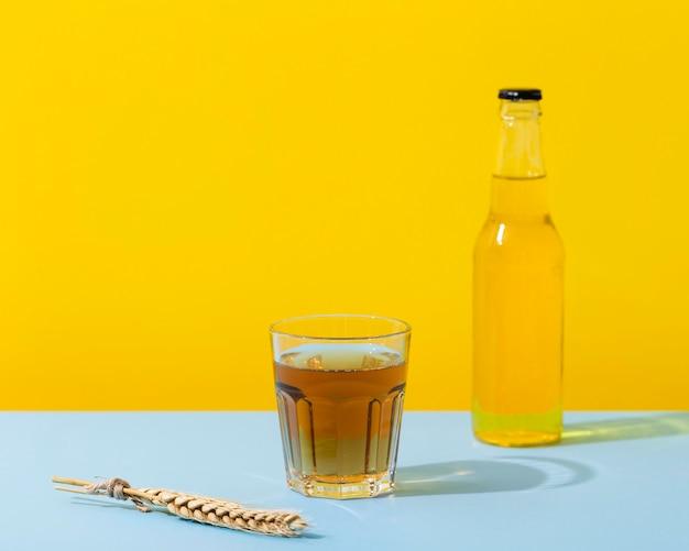 Fles en glas met bier Gratis Foto