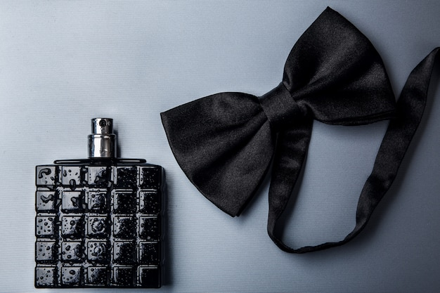 Fles mannelijk parfum en vlinderdas Premium Foto
