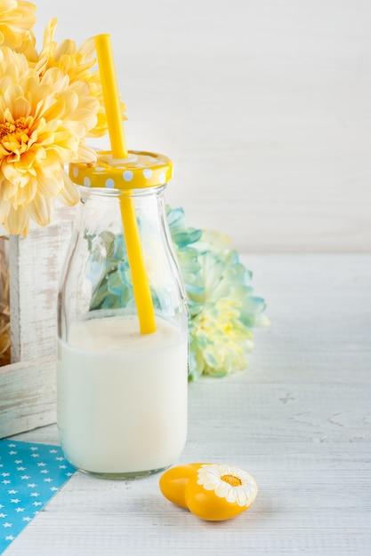 Fles melk met stro en geel hart Premium Foto