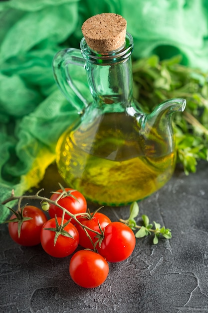 Fles met plantaardige olie en cherry tomaten Premium Foto