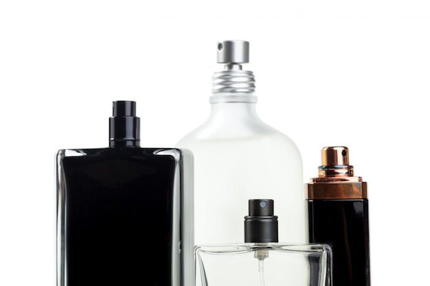 Fles parfum van witte oppervlakte wordt geïsoleerd die Premium Foto
