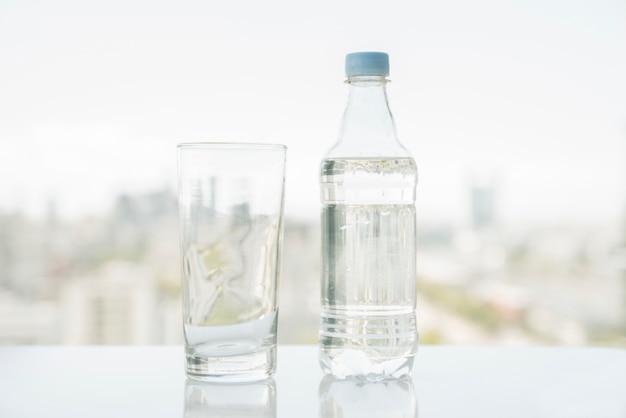 Fles water met glas Gratis Foto