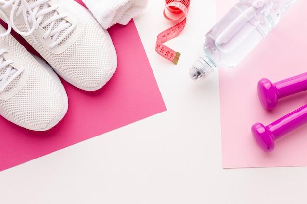 Fles watergewichten en sneakers Gratis Foto