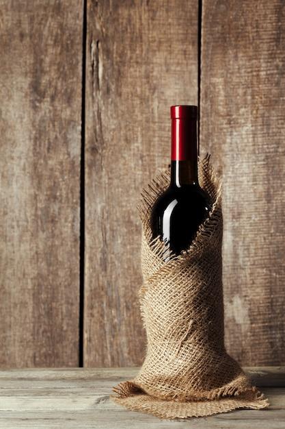 Fles wijn over houten tafel Premium Foto