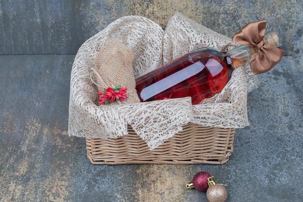 Fles wijn versierd met lint in houten mand. hoge kwaliteit foto Gratis Foto