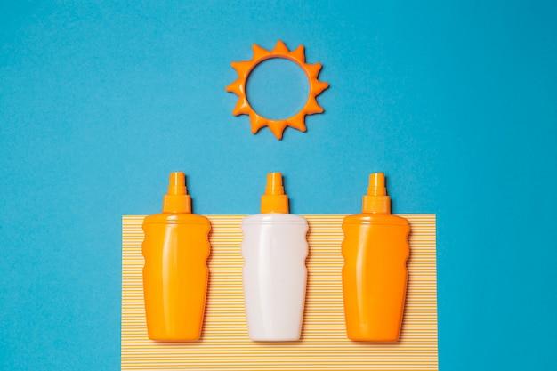 Fles zonnebrandcrème of lotion met zonspeelgoed Premium Foto