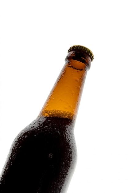 Flesje bier op witte achtergrond Premium Foto