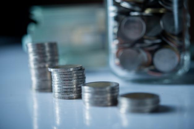 Flessen contant geld met muntstukken in het concept van het besparingsgeld Gratis Foto