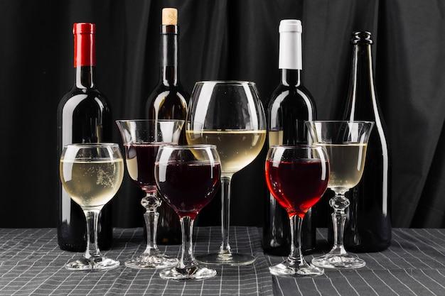 Flessen en glazen wijn Premium Foto