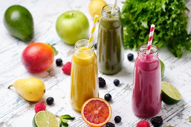 Flessen gezonde verse groenten en fruit smoothie Premium Foto