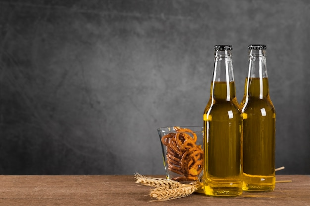 Flessen met bier en snacks Gratis Foto