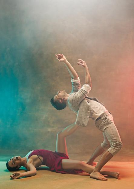 Flexibel jong modern danspaar Gratis Foto