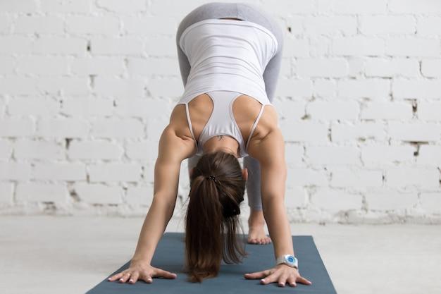 Flexibele vrouw rekken haar rug en armen Gratis Foto
